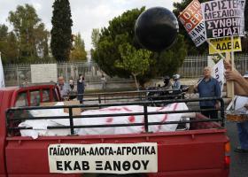 Με άλογα και αγροτικά αυτοκίνητα η διαμαρτυρία της ΠΟΕΔΗΝ έξω από τα νοσοκομεία  - Κεντρική Εικόνα