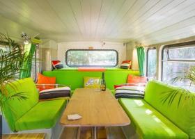 Αγόρασε ένα παλιό λεωφορείο και το μεταμόρφωσε για να το νοικιάζει μέσω Airbnb (Photos) - Κεντρική Εικόνα