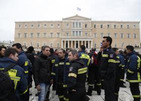 Συγκέντρωση διαμαρτυρίας πυροσβεστών πενταετούς υποχρέωσης, στο Σύνταγμα - Κεντρική Εικόνα