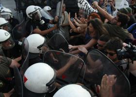 Ένταση στην πορεία διαμαρτυρίας κατά του Γιούνκερ (vid) - Κεντρική Εικόνα