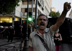 Επεισόδια μεταξύ διαδηλωτών και ΜΑΤ στη Διονυσίου Αρεοπαγίτου - Κεντρική Εικόνα