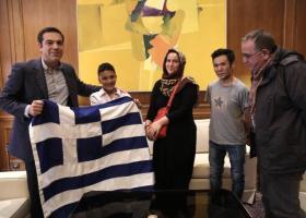 Μια ελληνική σημαία, το συμβολικό δώρο του Αλέξη Τσίπρα στον μικρό Αμίρ. Στο Μέγαρο Μαξίμου ο 11χρονος Αφγανός - Κεντρική Εικόνα