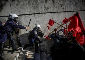 Ένταση στο συλλαλητήριο των εκπαιδευτικών έξω από τη Βουλή  - Κεντρική Εικόνα