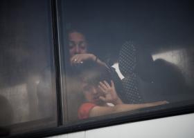 Με λεωφορεία της ΕΛ.ΑΣ. μεταφέρθηκαν από το Σύνταγμα πρόσφυγες και μετανάστες - Κεντρική Εικόνα