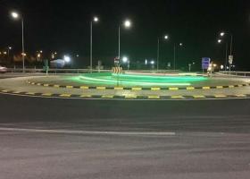Έβαλαν χρωματιστές ταινίες LED σε κεντρικό οδικό κόμβο (photos) - Κεντρική Εικόνα
