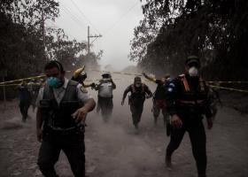 Συγκλονιστικές εικόνες στη Γουατεμάλα - Άνθρωποι δίπλα στη λάβα, 25 νεκροί (videos) - Κεντρική Εικόνα