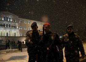 «Παγοδρόμιο» για τους εύζωνες το μνημείο του Άγνωστου Στρατιώτη! - Κεντρική Εικόνα