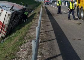 Nεκροί και τραυματίες από εκτροπή τουριστικού λεωφορείου στην Μαρμαρίδα - Κεντρική Εικόνα