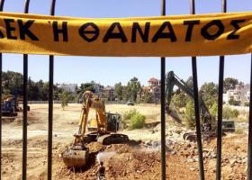 Διαμαρτυρία εργαζομένων στην έδρα της κατασκευαστικής του γηπέδου της ΑΕΚ για τον θάνατο του εργάτη - Κεντρική Εικόνα