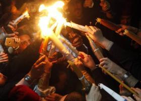 Με τιμές αρχηγού κράτος έφτασε το Άγιο Φως από τα Ιεροσόλυμα - Κεντρική Εικόνα
