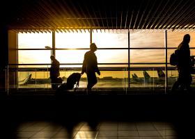 Πρόταση Κομισιόν για πτήσεις σε... συνωστισμό - Χωρίς κενές θέσεις, μόνη προστασία οι μάσκες - Κεντρική Εικόνα