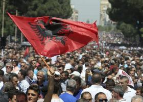 Χημικά και 140 τραυματίες σε προεκλογική συγκέντρωση της Αλβανίας - Κεντρική Εικόνα