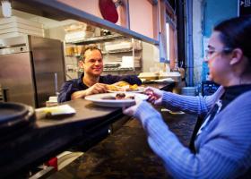 Έλληνας ιδιοκτήτης πιτσαρίας στοχοποιήθηκε για... συνεργός σε «εμπόριο παιδιών» με την Χίλαρι! - Κεντρική Εικόνα