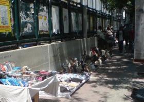Συλλήψεις για παραεμπόριο έξω από την ΑΣΟΕΕ - Κεντρική Εικόνα