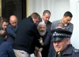 Συγκλονιστικό βίντεο με σιδηροδέσμιο τον ιδρυτή του WikiLeaks Τζούλιαν Ασάνζ - Κεντρική Εικόνα