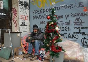 Ο δήμος Αθήνας «μάζεψε» το χριστουγεννιάτικο δέντρο άστεγου της Σταδίου!  - Κεντρική Εικόνα