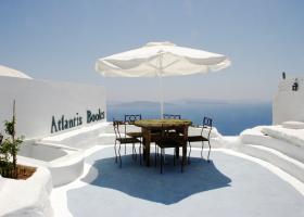 Ενα ελληνικό βιβλιοπωλείο στο τοπ-10 της Ευρώπης- Κρέμεται στους βράχους με θέα τη θάλασσα! (ΦΩΤΟ) - Κεντρική Εικόνα