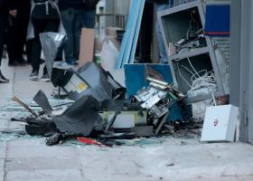 Έσπασαν την τζαμαρία τράπεζας, ανατίναξαν δύο ΑΤΜ και... έφυγαν φορτωμένοι χρήματα - Κεντρική Εικόνα