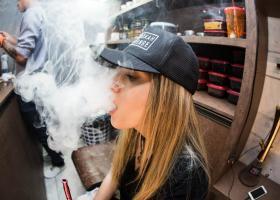 ΗΠΑ: Οι αρχές καλούν τους χρήστες ηλεκτρονικού τσιγάρου να μην αγοράζουν προϊόντα στον δρόμο - Κεντρική Εικόνα