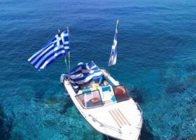 Μαρτυρία από Φούρνους: Η ελληνική σημαία είναι πεσμένη κάτω από το κοντάρι (video) - Κεντρική Εικόνα