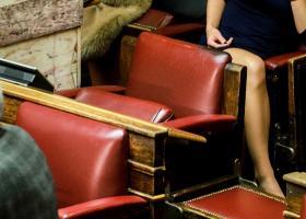 H... άλλη «μάχη» στη βουλή: Κομψά ενδύματα, μοντέρνα χτενίσματα, σκερτσόζες πόζες (photos) - Κεντρική Εικόνα