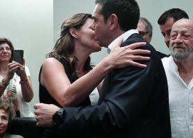 Το φιλί της... παρηγοριάς έδωσε η Μπέττυ Μπαζιάνα στον Αλέξη Τσίπρα (photos) - Κεντρική Εικόνα