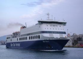 """Στην Ίο μεταφέρθηκαν με ταχύπλοο καταμαράν οι 205 επιβάτες του """"Blue Star Patmos"""", που προσάραξε στην είσοδο του λιμανιού - Κεντρική Εικόνα"""