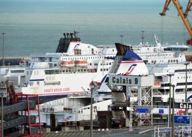 Έκλεισε το λιμάνι του Καλέ λόγω μεταναστών που ήθελαν να φτάσουν στις αποβάθρες κολυμπώντας - Κεντρική Εικόνα