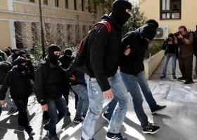 Ελεύθεροι μετά τις απολογίες τους οι τέσσερις από τους ένδεκα συλληφθέντες της Combat 18 - Κεντρική Εικόνα