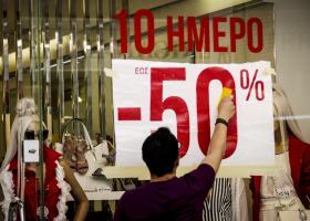Ενδιάμεσες εκπτώσεις: Πότε αρχίζουν και πόσο θα διαρκέσουν - Ανοιχτά τα καταστήματα την Κυριακή - Κεντρική Εικόνα