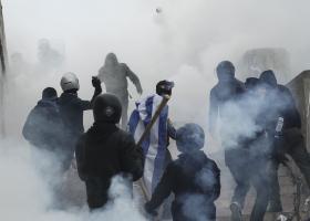 ΝΔ: Ποιος έδωσε εντολή να πνίξουν με δακρυγόνα χιλιάδες οικογένειες με μικρά παιδιά και ηλικιωμένους; - Κεντρική Εικόνα