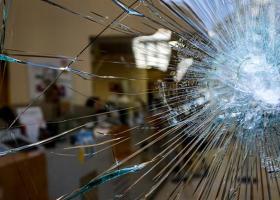 Επίθεση κουκουλοφόρων σε τράπεζες και καταστήματα στο κέντρο της Αθήνας - Κεντρική Εικόνα