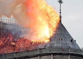Παγκόσμια θλίψη για την καταστροφή στη Notre Dame - Διασώθηκαν οι δύο πύργοι (pics|vid) - Κεντρική Εικόνα
