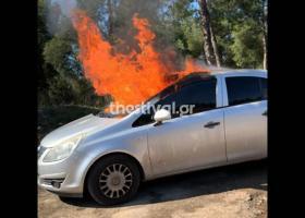 Φωτιά σε μάντρα αυτοκινήτων στη Λ. Βουλιαγμένης - Κεντρική Εικόνα