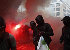 Συμπλοκές στο Παρίσι μεταξύ αστυνομικών και κουκουλοφόρων (photos) - Κεντρική Εικόνα