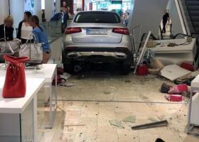 Γερμανία: Αυτοκίνητο έπεσε πάνω σε εμπορικό κέντρο του Αμβούργου - Κεντρική Εικόνα