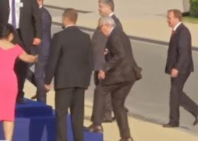 Ο Γιούνκερ παραλίγο να σωριαστεί: «Ισχιαλγία» ή «μεθυσμένος»; (video) - Κεντρική Εικόνα