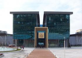 Oι μπουλντόζες πιάνουν δουλειά στο Golden Hall  - Κεντρική Εικόνα