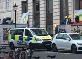 Η αστυνομία απομακρύνει τους ακτιβιστές της Greenpeace που απέκλεισαν τις εισόδους στα κεντρικά γραφεία της BP  - Κεντρική Εικόνα