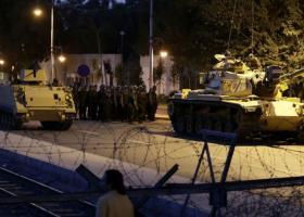 Η Τουρκία κλείνει αεροπορική βάση και στρατώνες, απ΄ όπου έφυγαν άρματα για το πραξικόπημα - Κεντρική Εικόνα