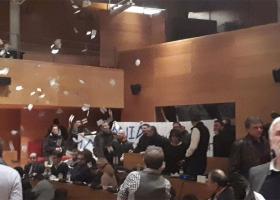 Εισβολή μελών της Χ.Α. στο δημοτικό συμβούλιο Θεσσαλονίκης (vid) - Κεντρική Εικόνα