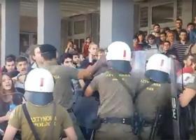 Σκηνές αλλοφροσύνης έξω από το Ειρηνοδικείο Θεσσαλονίκης, όπου εξελισσόταν πλειστηριασμός (βίντεο) - Κεντρική Εικόνα