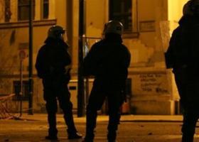 Διπλή επίθεση νεαρών αγνώστων, τη νύχτα σε διμοιρίες ΜΑΤ στα Εξάρχεια - Κεντρική Εικόνα