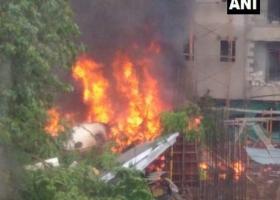 Ινδία: Κυβερνητικό αεροσκάφος συνετρίβη σε πυκνοκατοικημένο προάστιο της Βομβάης - Κεντρική Εικόνα