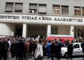 Άμεσες προσλήψεις ζητούν οι διαδηλωτές στο υπουργείο Υγείας - Κεντρική Εικόνα