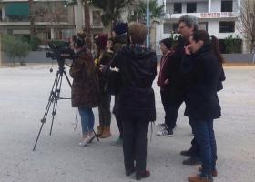 Πέτρες και νεράντζια σε συνεργείο του ΑΝΤ1 σε ρεπορτάζ για ναρκωτικά στα σχολεία (video) - Κεντρική Εικόνα