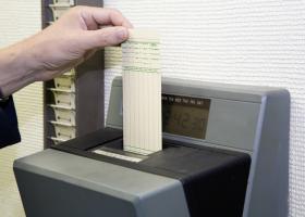 Ηλεκτρονική κάρτα εργασίας: Τι αλλάζει στο ωράριο των εργαζομένων - Πότε θα εφαρμοστεί - Κεντρική Εικόνα