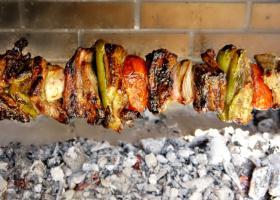 Πάρτι δημοσίων υπαλλήλων με σούβλα και ποτά για να γιορτάσουν το καλοκαίρι  - Κεντρική Εικόνα