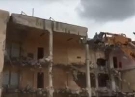 Κατεδάφισαν με... μπουλντόζες δύο πτέρυγες των φυλακών Κορυδαλλού (video) - Κεντρική Εικόνα