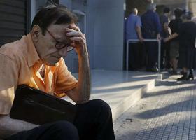 Public Issue: 1 στους 2 πιστεύει ότι η κρίση θα κρατήσει ακόμα 10 χρόνια - Κεντρική Εικόνα
